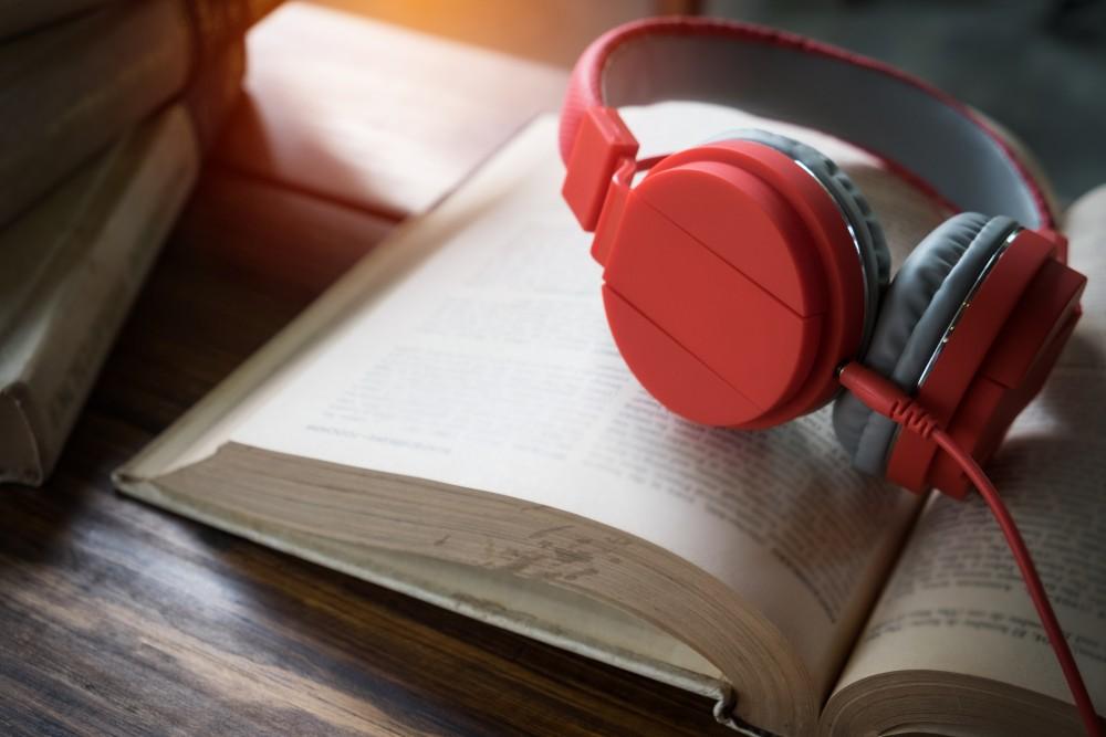 بماذا يتميز تطبيق Storytel عن غيره من تطبيقات الكتب الصوتية؟